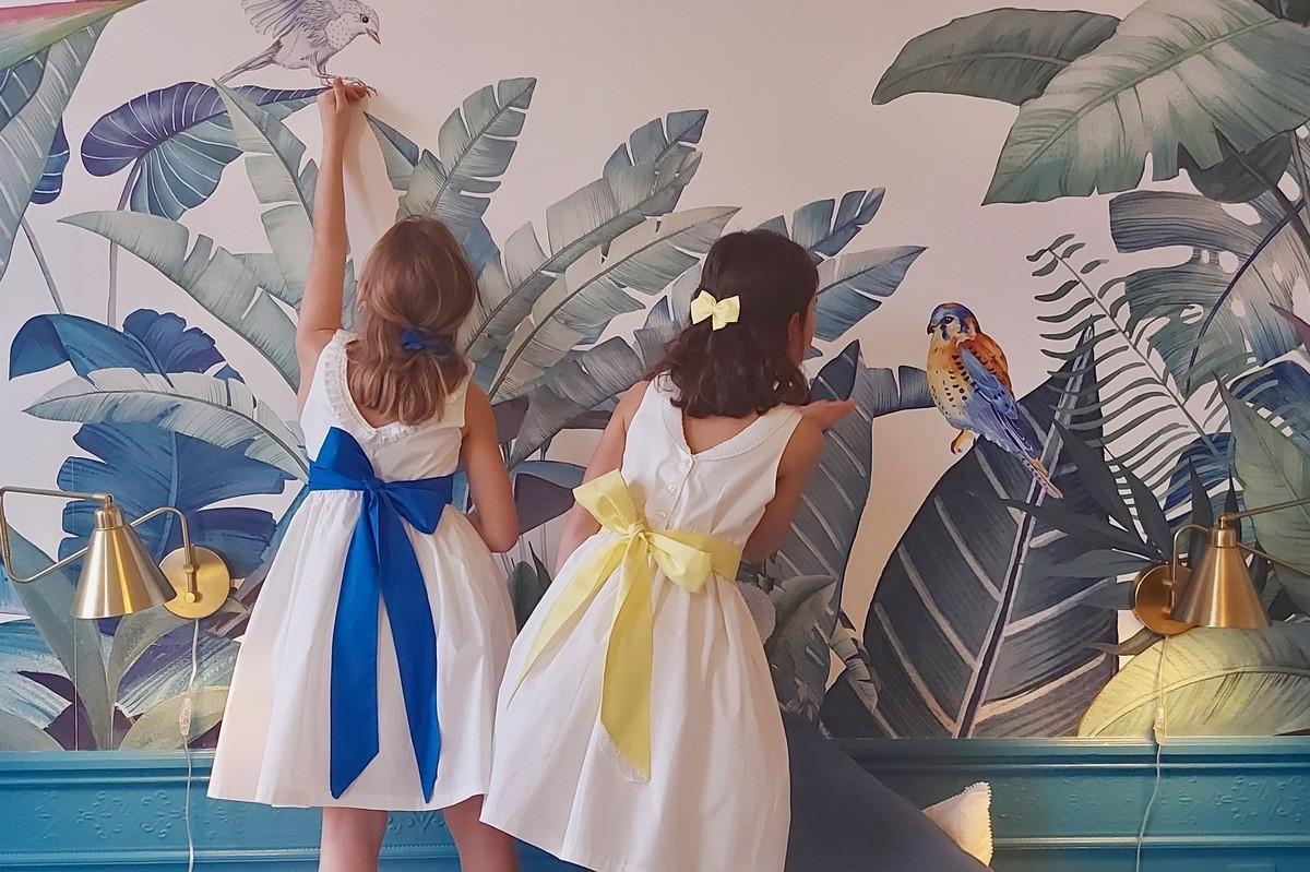 Robe de cortège de mariage Cléophée avec une ceinture bleu roi et jaune, idéale pour un cortège de mariage de demoiselles d'honneur