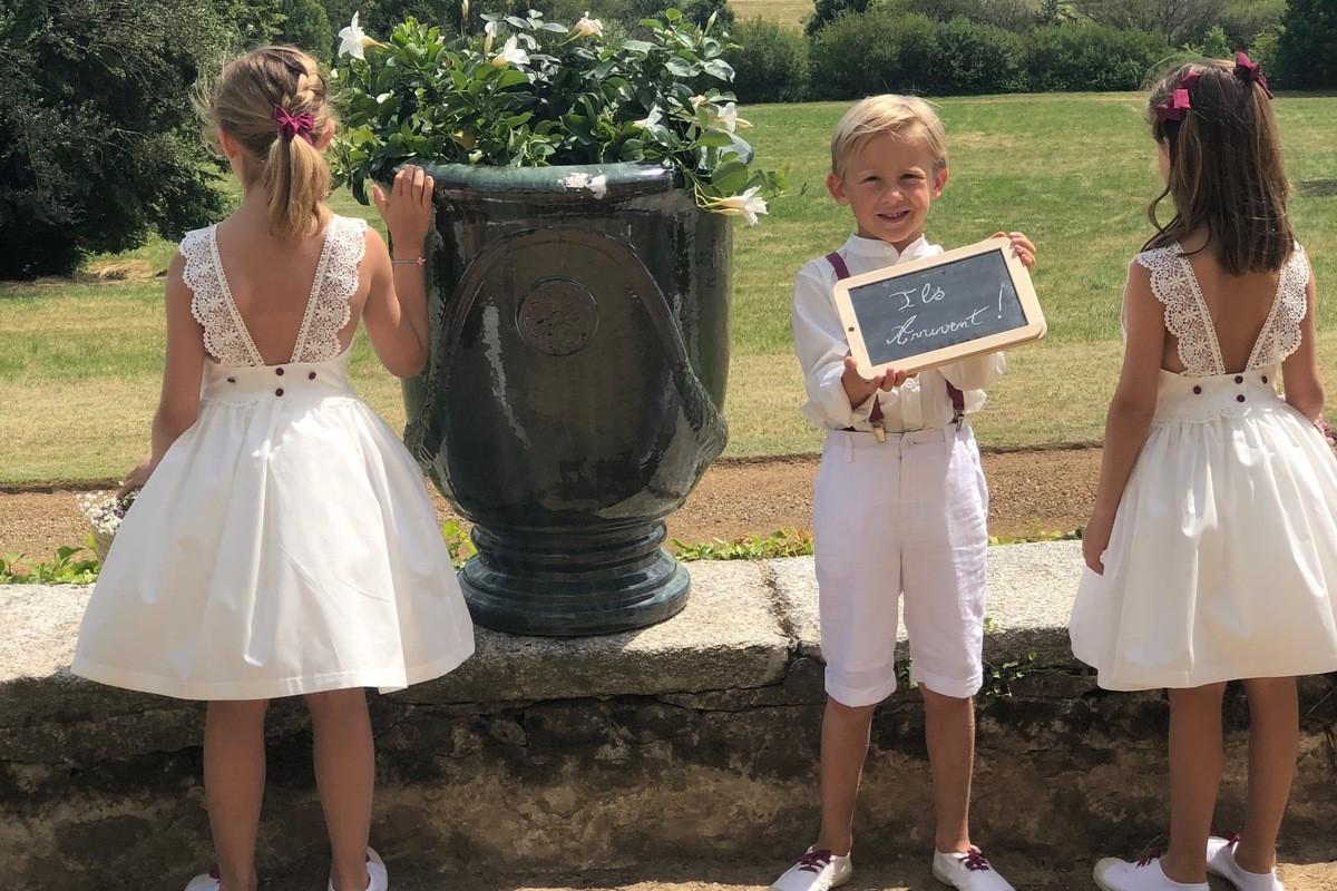Bruiloftsstoet met de Ondine jurk en haar bohemien kanten bandjes