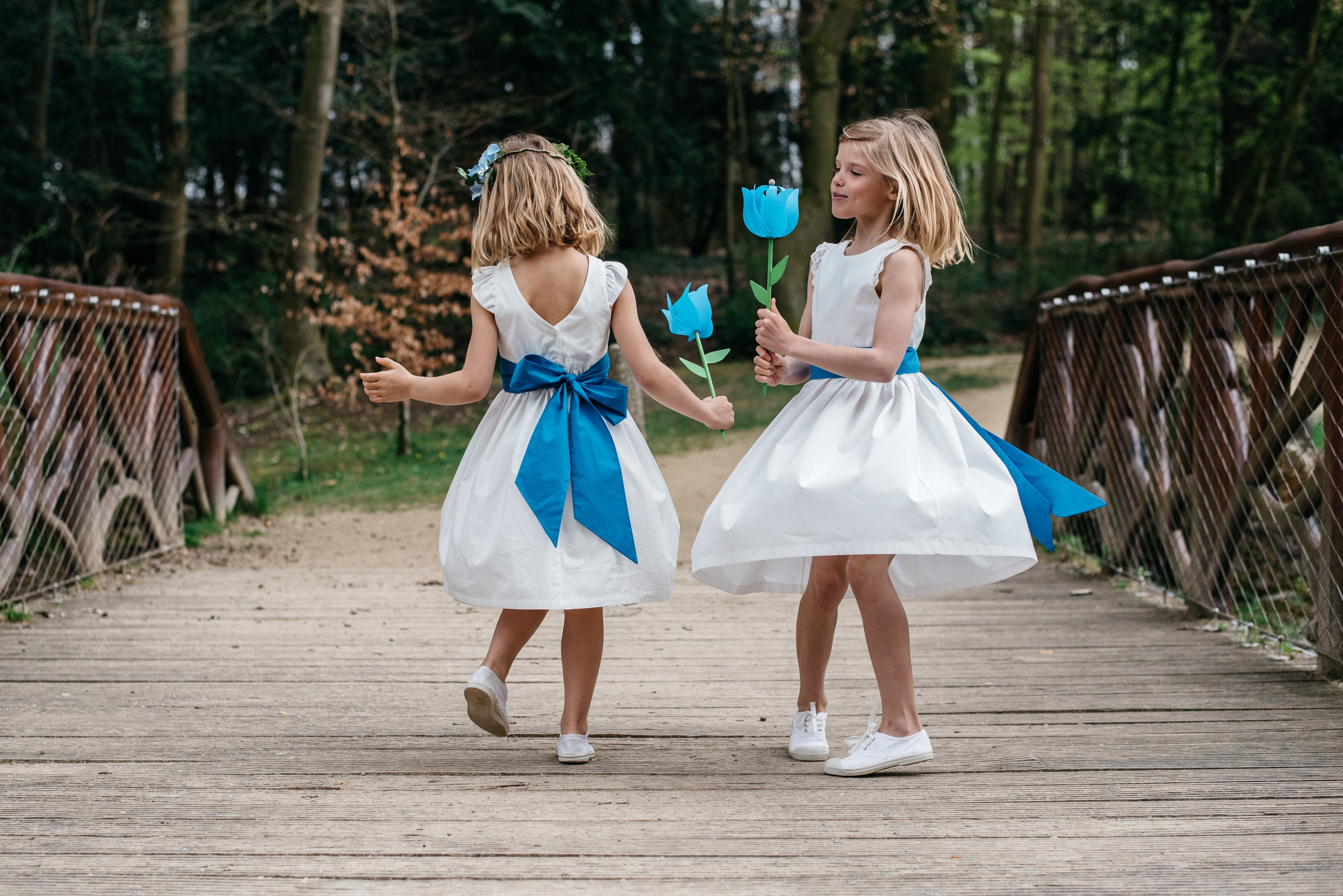 Trouwjurk parade Cléophée met een konings blauw riem, perfect voor een bruiloft processie van bruidsmeisjes